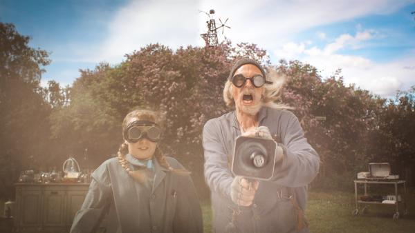 Der vermeintlich verrückte Erfinder stellt sich widererwartend als freundlicher Nachbar heraus<br/>und weiht die Kinder sogar in seine neuesten Ideen ein. | Rechte: Senator Film Verleih