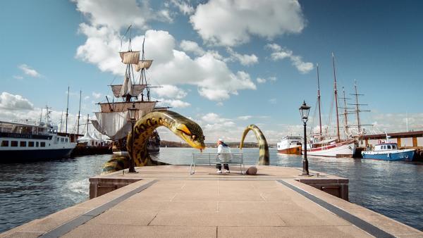 Eine riesige Schlange verschlingt Lise am Hafen. | Rechte: Senator Film Verleih