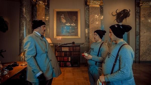Thrane (Atle Antonsen) wohnt mit seinen fiesen Zwillingssöhnen Trym (Arve Guddingsmo Bjørn) und Truls (Even Guddingsmo Bjørn) in einem Schloss. | Rechte: Senator Film Verleih