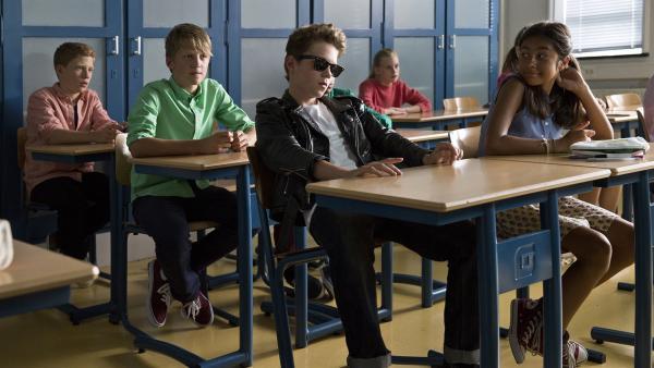 Rik (Thor Braun) lässt seine neuen Mitschüler glauben, sein Vater sei ein gefährlicher Mafiaboss.   Rechte: NDR/Shooting Star Filmcompany/Hazazah Pictures