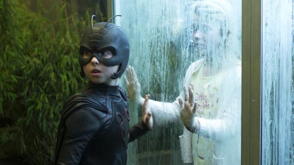 Antboy (Oscar Dietz) versucht Amanda (Cecilie Alstrup Tarp) aus dem Labor des Flohs zu retten. | Rechte: NDR/Nimbus Film/Rolf Konow