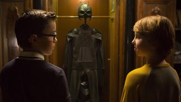 Wilhelm (Samuel Ting Graf) zeigt Pelle (Oscar Dietz) den Anzug für Antboy. | Rechte: NDR/Nimbus Film/Rolf Konow