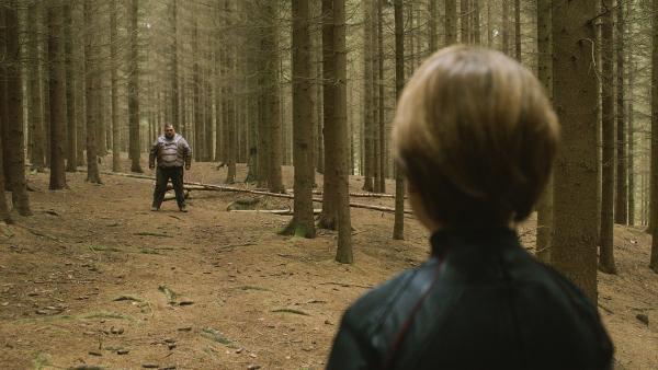 Antboy (Oscar Dietz) und der Floh (Nicolas Bro) treffen im Wald aufeinander. | Rechte: NDR/Nimbus Film/Rolf Konow
