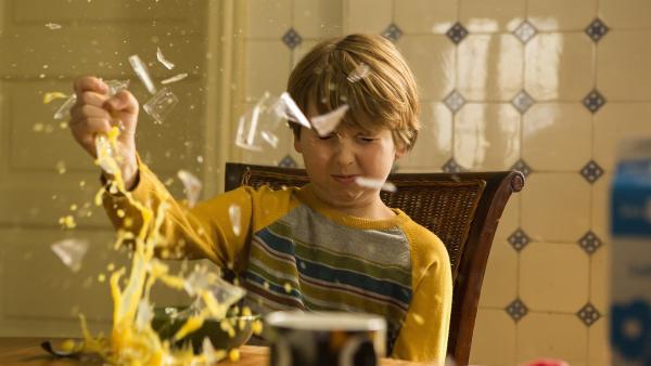 Pelle (Oscar Dietz) ist plötzlich superstark. Ein Glas mit Saft kann er einfach so zerbrechen. | Rechte: NDR/Nimbus Film/Rolf Konow