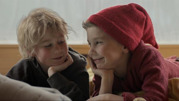 Hugo Weihnacht (Pelle Falk Krusbæk, links) und Pixy (Herman Knop, rechts) werden beste Freunde. | Rechte: ZDF/Bastian Schiøtt
