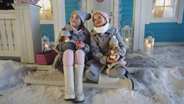 Onneli (Aava Merikanto) und Anneli (Lilja Lehto) sitzen auf den Treppenstufen ihres Hauses. | Rechte: MDR/Zodiak Finland Oy/Malla Hukkanen