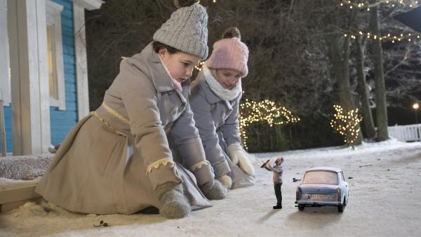 Onneli (Aava Merikanto) und Anneli (Lilja Lehto) treffen auf Herr Winzigmann (Joonas Saartamo). | Rechte: MDR/Zodiak Finland Oy/Malla Hukkanen