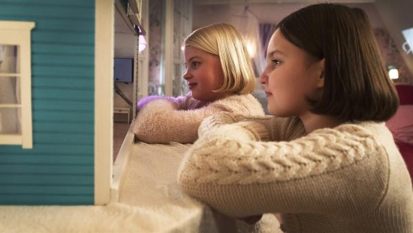 Onneli (Aava Merikanto) und Anneli (Lilja Lehto) beobachten Familie Winzigmann in ihrem Puppenhaus. | Rechte: MDR/Zodiak Finland Oy/Jolle Onnismaa