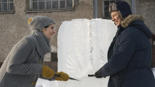 Pompinella (Johanna af Schultén) und Ronny Righteous (Jaakko Saariluoma) probieren sich zusammen am Eisskulpturen schnitzen. | Rechte: MDR/Zodiak Finland Oy/Malla Hukkanen