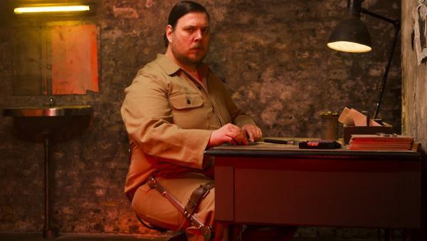 Albert Gæmelkrå sitzt im Gefängnis und bekommt Besuch von der Red Fury. | Rechte: NDR/Nimbus Film Asp/Junafilm UG/Rolf Konow