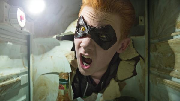 Allen (Terrorzwilling) wurde von Wilhelm überlistet und ist mit dem Kopf durch eine Kühlschranktür gerannt. | Rechte: NDR/Nimbus Film Asp/Junafilm UG/Chris Geisnaes