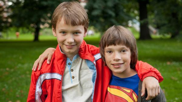 Thomas (Petr Ŝimčák, li.) und Harris (Jan Maršál, re.) sind die besten Freunde. | Rechte: SWR/Bio Illusion