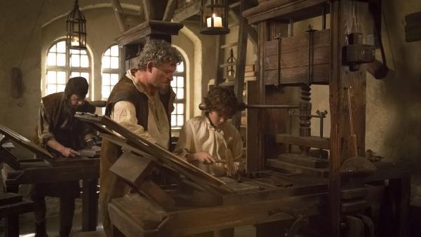 Storm (Davy Gomez) mit seinem Vater (Yorick van Wageningen) an der Druckpresse ihrer Werkstatt in Antwerpen. | Rechte: ZDF/Ricardo Vaz Palma
