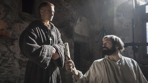 Martin Luther (Gabriel Boisante) bittet den Mönch Jacob Proost (Egbert Jan Weeber), einen Brief von ihm nach Antwerpen zu bringen. | Rechte: ZDF/Ricardo Vaz Palma