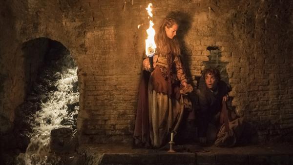 Marieke (Juna de Leeuw) führt Storm (Davy Gomez) zu ihrem Versteck in der Kanalisation von Antwerpen. | Rechte: ZDF/Ricardo Vaz Palma
