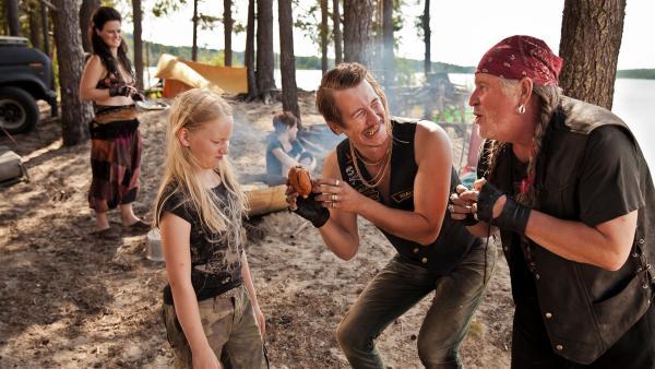 Vilja Vanisto (Sirkku Ullgren) ist noch nicht überzeugt von Gold-Piet (Jussi Vatanen) und Räuber-Vater Wilder Karlo (Kari Väänänen). | Rechte: KiKA/KEVIN LEE Film GmbH