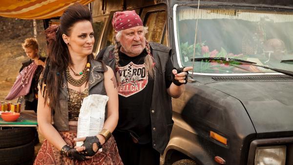 Mutter Hilda (Lotta Lehtikari) und ihr Mann Wilder Karlo (Kari Väänänen) | Rechte: KiKA/KEVIN LEE Film GmbH