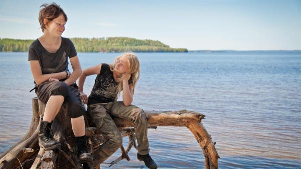 Hele (Ilona Huhta) und Vilja (Sirkku Ullgren) freunden sich an. | Rechte: KiKA/KEVIN LEE Film GmbH