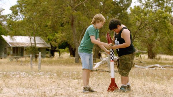 Dylan (Ed Oxenbould, li.) und Kevin (Julian Dennison, re.) reparieren die Rakete. | Rechte: MDR/Arenamedia Melbourne