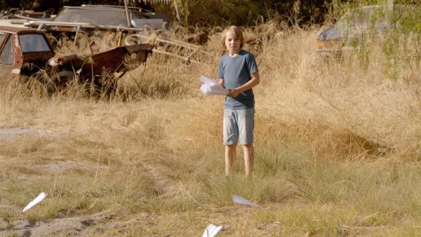 Dylan (Ed Oxenbould) übt auf dem Grundstück die Papierflieger so weit wie möglich fliegen zu lassen. | Rechte: MDR/Arenamedia Melbourne