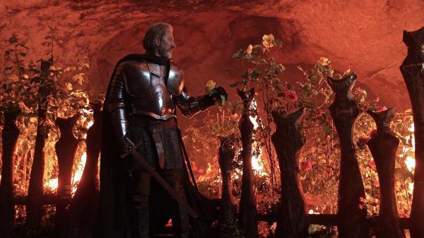 König Dietrich (Rufus Beck) vor dem brennenden Rosengarten von König Laurin | Rechte: BR/Julian Coromines