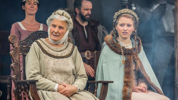 Sigurta (Luise Deschauer) und Similde (Katharina Stark) beobachten die Recken beim Ritterturnier. | Rechte: BR/Ivan Poletti