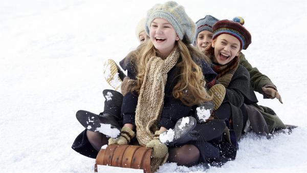Anne (Ella Ballentine, Mitte) mit ihren Freundinnen beim Schlittenfahren   Rechte: BR/Palatin Media