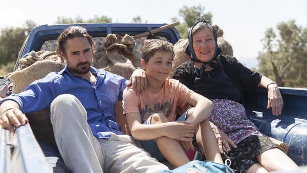 Tsatsiki (Emrik Ekholm) ist endlich wieder auf Kreta - bei seinem Papa (Jonatan Rodriguez) und seiner Oma. | Rechte: NDR/Jarowskij Sverige AB/Nordisk Film AB/TV4 AB