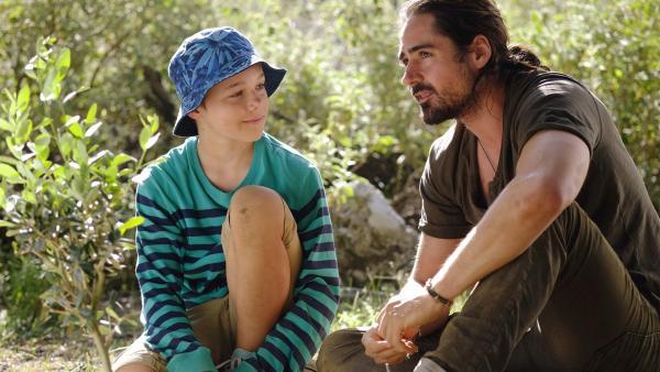 Tsatsiki (Emrik Ekholm) verspricht seinem Vater (Jonatan Rodriguez), den Olivenhain zu schützen. | Rechte: NDR/Jarowskij Sverige AB/Nordisk Film AB/TV4 AB