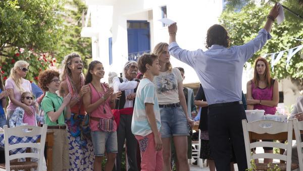 Tsatsiki (Emrik Ekholm) hat das ganze Dorf und seinen Papa im letzten Moment überzeugt.   Rechte: NDR/Jarowskij Sverige AB/Nordisk Film AB/TV4 AB