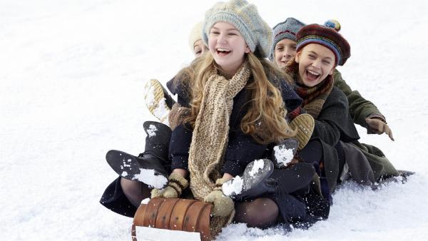 Anne (Ella Ballentine, Mitte) mit ihren Freundinnen beim Schlittenfahren | Rechte: KiKA Bildredaktion