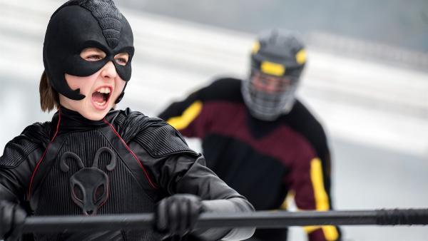 Pelle kämpft auf der Eisbahn mit den beiden Terrorzwillingen, die Maria zuvor schikaniert haben. | Rechte: NDR/Nimbus Film Asp/Junafilm UG/Andreas Schlieter