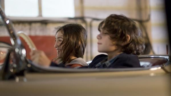 Victor (Jean-Stan Du Pac) und Marie (Alix Vaillot) träumen im Cabrio in der Autowerkstatt seines Vaters.   Rechte: MDR/Ajoz Films/Gaumont/France 2 Cinema/Les Magnifiques/Nexus Factory