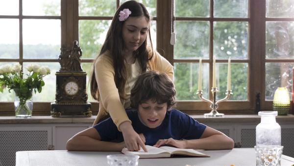 Marie (Alix Vaillot) gibt Victor (Jean-Stan Du Pac) Schülernachhilfe bei sich zuhause.   Rechte: MDR/Ajoz Films/Gaumont/France 2 Cinema/Les Magnifiques/Nexus Factory