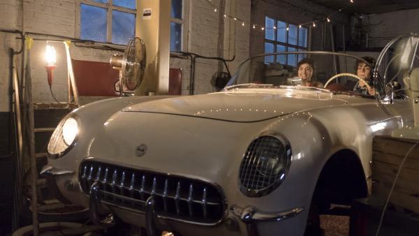 Marie (Alix Vaillot) und Victor (Jean-Stan Du Pac) träumen im Cabrio in der Autowerkstatt   Rechte: MDR/Ajoz Films/Gaumont/France 2 Cinema/Les Magnifiques/Nexus Factory