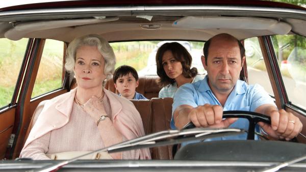 Der kleine Nick (Mathéo Boisselier) fährt mit seinen Eltern (Valérie Lemercier, Kad Merad) und seiner Oma (Dominique Lavanant) in den Urlaub.   Rechte: WDR/Wild Bunch