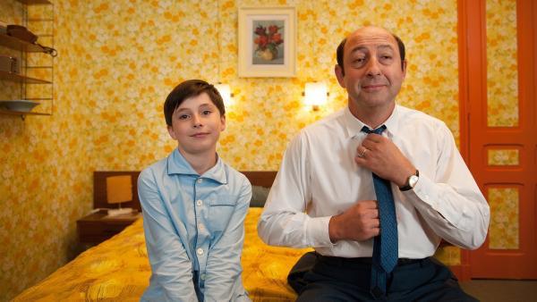 Der kleine Nick (Mathéo Boisselier) und sein Vater (Kad Merad) im Hotelzimmer. | Rechte: WDR/Wild Bunch