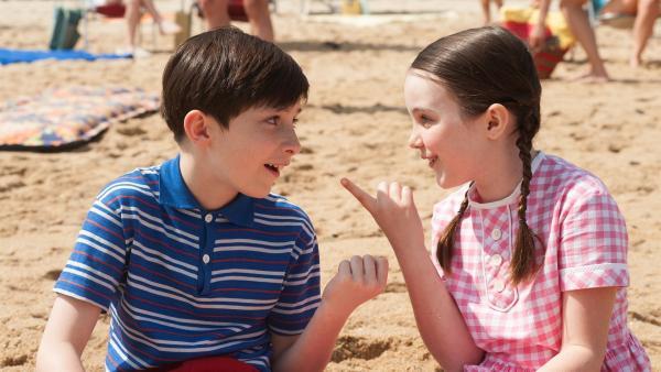 Der kleine Nick (Mathéo Boisselier) freundet sich im Urlaub mit Isabelle (Erja Malatier) an. | Rechte: WDR/Wild Bunch