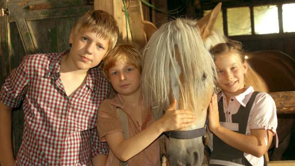Emma (Zoe Charlotte Mannhardt, re.), Leo (Karl Alexander Seidel, Mitte) und sein Bruder Max (Konstantin Kaucher, li.) wollen auf keinen Fall das Pferd Mississippi wieder rausrücken. | Rechte: ZDF/Wolfgang Jahnke