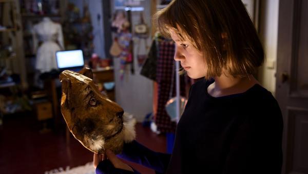 Versteckt hinter ihrer Tigermaske gibt Coco (Nola Kemper) sensationelle Modetipps. | Rechte: NDR/Pief Weyman