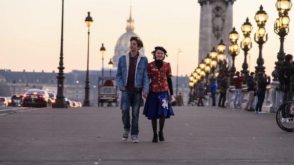 Bruno (Valentijn Avé, li.) und Coco (Nola Kemper, re.) in Paris | Rechte: NDR/Pief Weyman