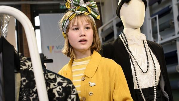 Kann Coco (Nola Kemper) mit ihrem Entwurf in Paris beweisen, dass sie der Style Tiger ist? | Rechte: NDR/Pief Weyman