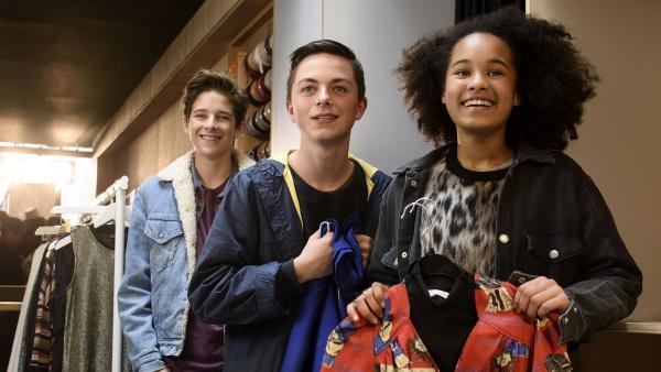 Bruno (Valentijn Avé, li.), Vince (Thom Vendrik, Mi.) und Jada (Firy Beuk, re.) bringen den Beweis - ein Original Style Tiger Outfit. | Rechte: NDR/Pief Weyman