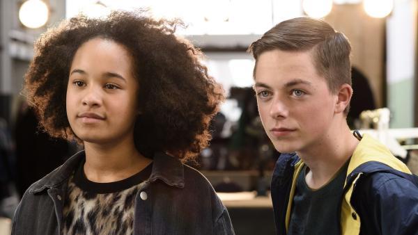 Jada (Firy Beuk, li.) und Vince (Thom Vendrik, re.) beobachten gebannt das Finale in Paris. | Rechte: NDR/Pief Weyman