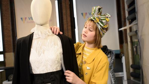 Cocos (Nola Kemper) letzte Chance beim Finale. Sie kreiert ein Outfit zum Thema Paris. | Rechte: NDR/Pief Weyman