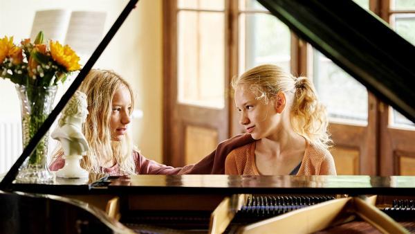 Lotte (Delphine Lohmann, rechts) spielt Luise (Mia Lohmann) auf dem Klavier vor. | Rechte: SWR/Uschi Reich