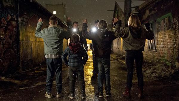 Erwischt - die Polizei stellt die vier Geschwister. | Rechte: NDR/Henrik Petit/Regner Grasten Film