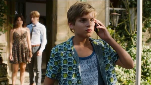 Der zwölfjährige Kos (Julian Ras) muss plötzlich mit seinen Schwestern die Leitung des Familienhotels übernehmen. | Rechte: MDR/Kaap Holland Film