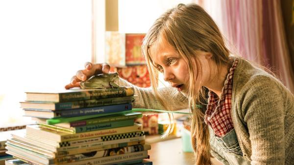 Als Sita (Yente Bos) in der Klasse ihr Referat über Frösche halten will, verhält sich ihr Lehrer Franz ganz schön seltsam. Am nächsten Tag verrät er ihr, warum: Wenn Herr Franz an einen Frosch denken muss, verwandelt er sich selbst in einen. | Rechte: WDR/BosBros. Film&TV Productions