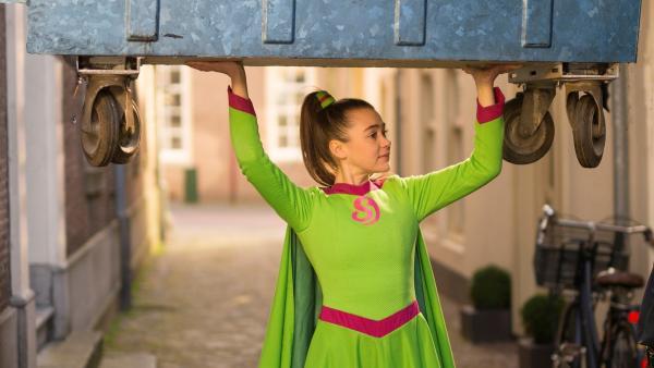 Als Superheldin mit Superkräften kann Josie mühelos einen Container stemmen.   Rechte: ZDF/PVPictures by Jaap Vrenegoor